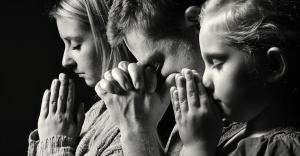 31616-familypraying-prayer-family-1200w-tn